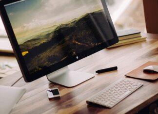 Minimalistycznie wykończony monitor komputerowy
